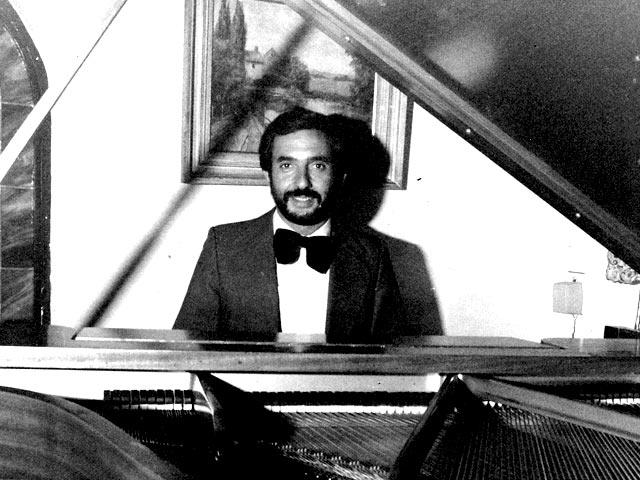 ken_levine_piano2